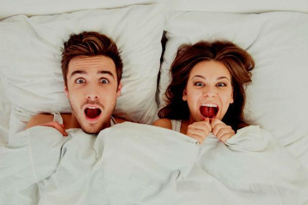 Pareja en cama matrimonio