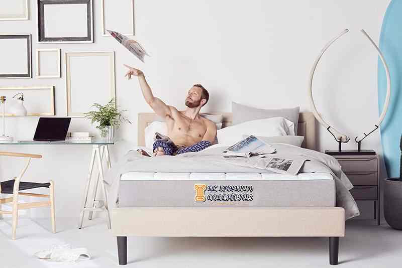 Persona feliz en su colchón